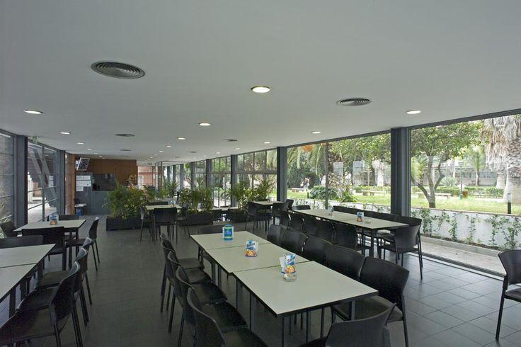 Interior da cafetaria da Universidade Lusíada de Lisboa. (Fotografia de José Manuel Costa Alves, 2005)