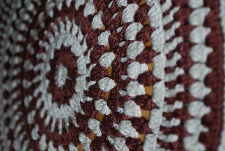 Háčkování a šití kulatého polštáře