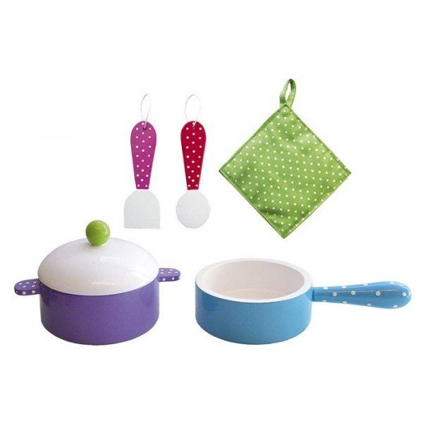 Colorato set di pentoline giocattolo realizzate in legno e dal design svedese. Il set consiste in una casseruola con coperchio, una padella, due utensili da cucina e una presina.