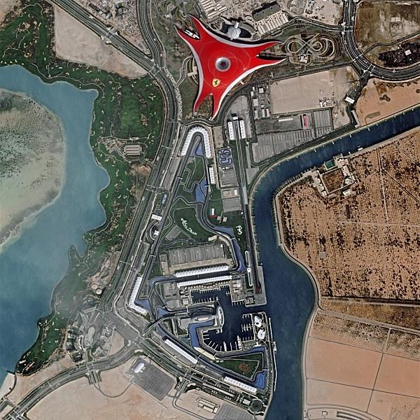 Le célèbre logo au cheval cabré sur le toit du Ferrari World à Abu Dhabi. Extrait d'une image prise par  le satellite Pléiades en février 2012.  Dans la nuit du 30 novembre au 1er décembre 2012, à 3h12 du matin (heure de Toulouse), la quatrième fusée Soyouz lancée de Guyane doit mettre en orbite le satellite Pléaides-1B. Celui-ci rejoindra sur une orbite à 694 kilomètres d'altitude son frère jumeau Pléiades-1A (qui a fourni l'image présentée ici) et Spot 6 lancé en septembre dernier.