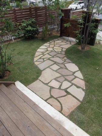 N様邸のお庭が完成しました | 庭日和 玄関へのアプローチも曲線を描くことにより芝の雰囲気にあった、温かみのある空間を演出しています。