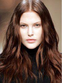 Каштановый цвет волос отлично смотрится на длинных волосах, которые разделены на прямой пробор и уложены в легкие волны. Такая прическа подойдет обладательницам светлого типа кожи и зеленых глаз.