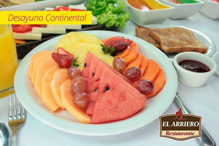 Exquisito y saludable desayuno continental: Plato de frutas, Pan Cake o tostadas francesas con mermelada o nutela y Naranjada
