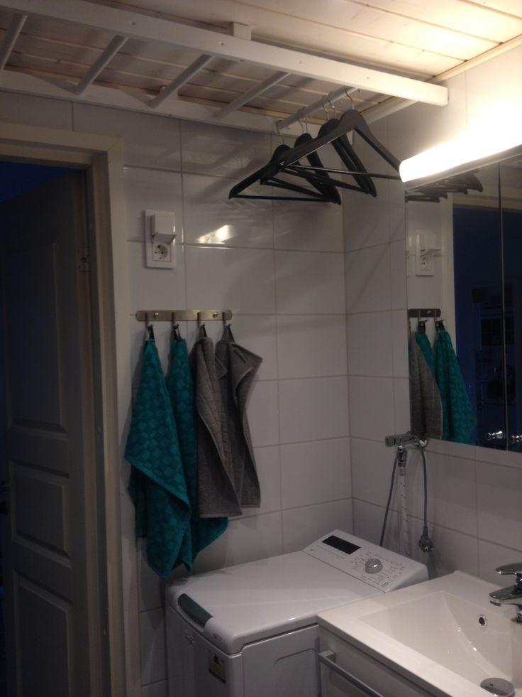 Tikkaista saatiin pienen kylpyhuoneen kattoon toimiva kuivausteline! #diy #deco# #ladder #bathroom