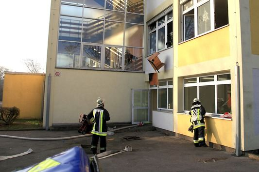 NEWS:  FW-E: Feuer im Klassenzimmer einer Hauptschule in Essen-Katernberg, Schüler, Schülerinnen und Lehrkräfte unverletzt