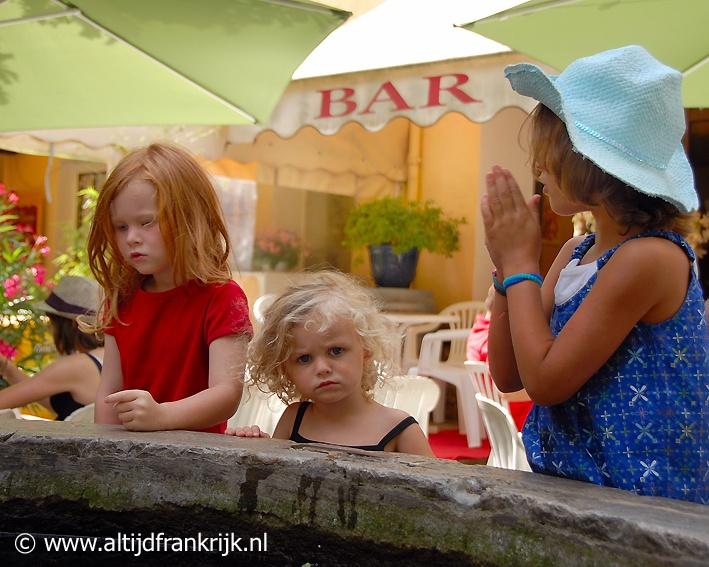 La Garde Freinet, prachtig gelegen in het Massif des Maures. Een bron van inspiratie voor mijn boek. Deze meisjes fotografeerde ik op een zomerse zondagmorgen. Eerst het marktje van La Garde bezoeken, dan tussen de Fransen koffie drinken. Genieten.     Kijk voor meer info over mijn boek ook eens op http://www.altijdfrankrijk.nl