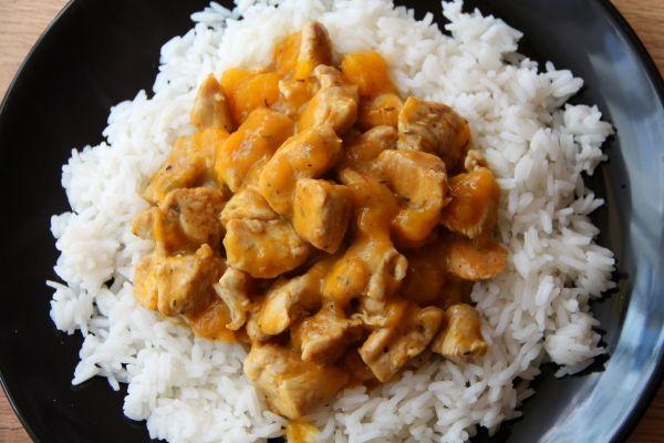 Curry z kurczaka i mango w mleczku kokosowym  SKŁADNIKI ( na 2 porcje): 2 piersi z kurczaka (ok 150g każda) 1 duże mango (300g) 200 ml mleczka kokosowego np. z tego przepisu 2 łyżki oliwy z oliwek Przyprawy: curry, imbir, papryka, pieprz kajeński, czosnek,majeranek, kolendra, tymianek 1 woreczek ryżu jaśminowego Kupiec