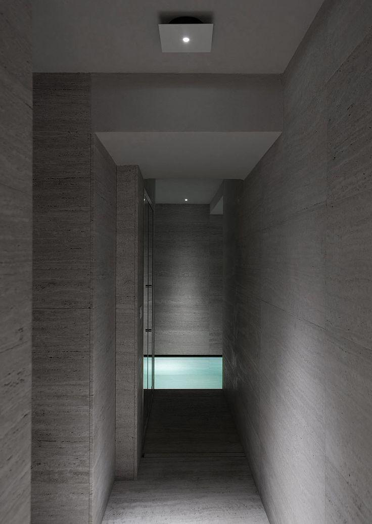 House in Montalcino. 2015 Project: Gerda Vossaert Architect Lighting project: Davide Groppi and Daniele Sprega. Lamps: Davide Groppi. In this photo NULLA PL ceiling lamp.