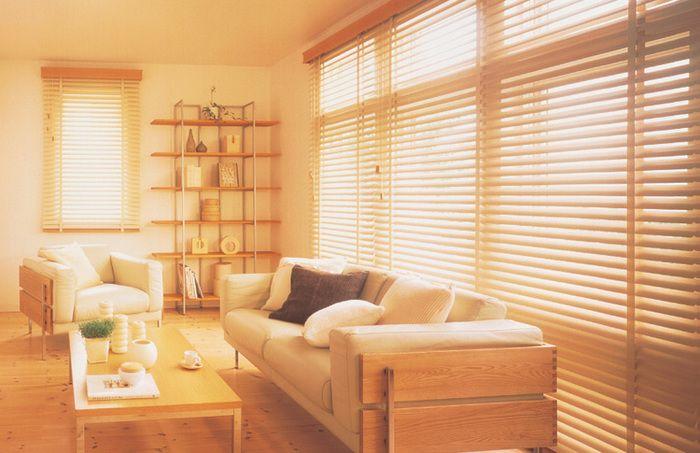 温かい木漏れ日が入ってくるリビング。 ウッドブラインドと家具の色味を統一すればまとまりが出ますね。
