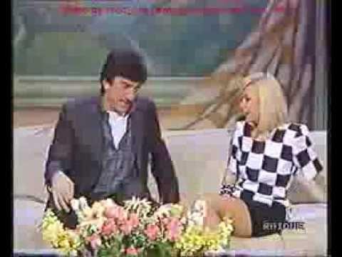 Gigi Proietti - 3 Barzellette Micidiali - YouTube Acompañado de Raffaella. Incredibile.