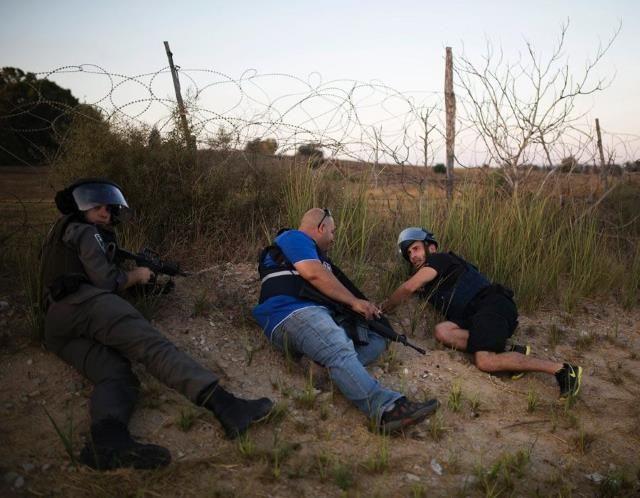 Israel pounds Gaza Strip (© REUTERS/Amir Cohen )