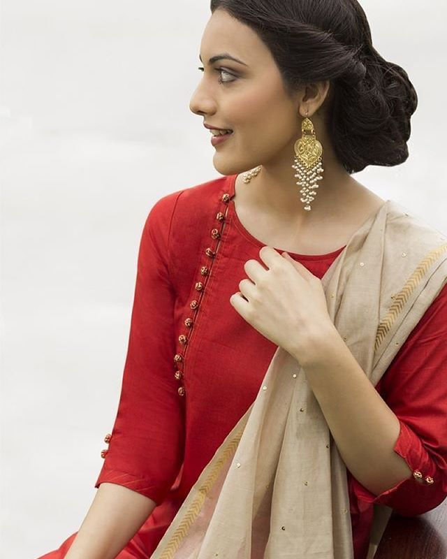 An effortless start to your Saturday morning .. Feast your eyes ! #red #beige #FABINDIA #suit #salwar #kameez #indian #indiancouture #isf #indianstreetfashion