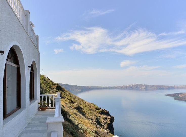"""Die """"Mittelmeer Santorini Residence 2"""" (10 Personen) enthält: ein Doppelzimmer mit einem anschließendem Badezimmer (Badewanne) l ein Doppelzimmer (Mezzanin) mit einem anschließenden Badezimmer (Dusche) l ein Studio mit einem Königgrößenbett und einem Badezimmer l ein Doppelzimmer mit einem anschließenden Badezimmer (Dusche) l Terrasse mit 50 m² l BBQ mit einem Außenbereich für bis zu 12 Personen. #Ferien #Sommer #Villa #Urlaub #Reisen #Santorini"""