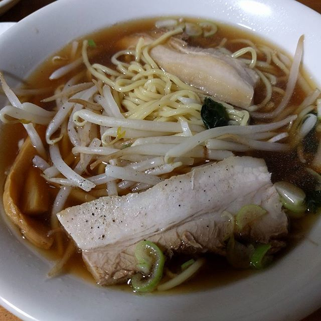 中華料理屋さんのラーメン🍜 チャーシューがジューシーでプニプニ♡  とろける旨さって、このこと! でもね(笑) ラーメンを食べたのはオジサン先輩! チャーシューだけ別で注文したんだけど、すっごくとろけた😋  中華料理の食べ放題、飲み放題の宴会! 昨日の夜は、お腹はちきれそうでした😂😂 ダイエット中止(T_T) 6月まではたべまくるぞ!! #instafilm#insta#follow#ramen#japanese#japan#food#インスタ#生活#ラーメン#中華#チャーシュー#最高#宴会#肉#お腹#満腹#女の子#女子#休日#ジューシー#ダイエット#