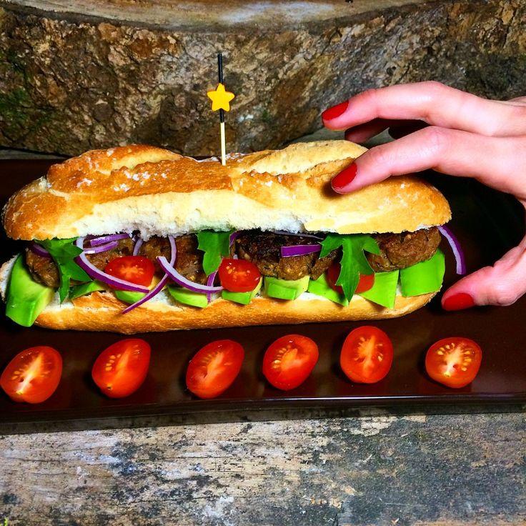 Parece carne mas não é! Deliciosa receita de Hambúrguer Vegano em uma combinação perfeita neste sanduíche saudável e sem lactose!