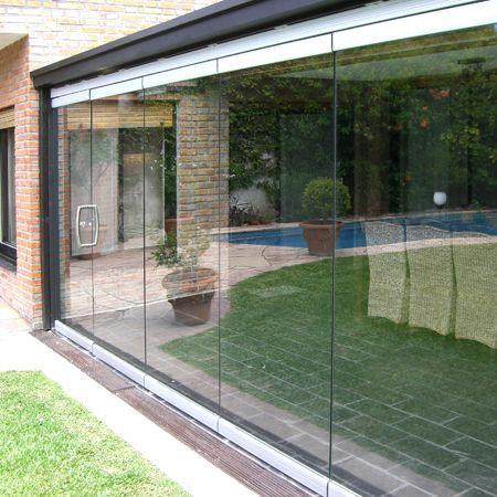 Sistema corredizo colgante para puertas de vidrio de hasta 120 kg, que permite apilar las puertas para lograr una apertura total del vano.