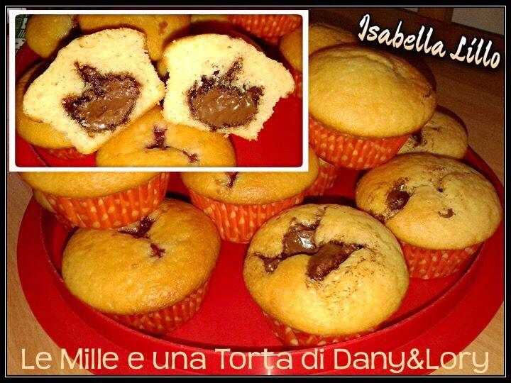 RICETTA DI: Isabella Lillo Muffin con cuore di Nutella Ingredienti: 330 gr di farina 2 uova 200 gr di zucchero 80 ml di olio di semi di girasole