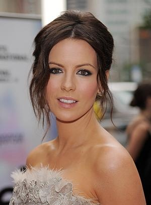 Pretty makeup for dark hair, and it's Kate