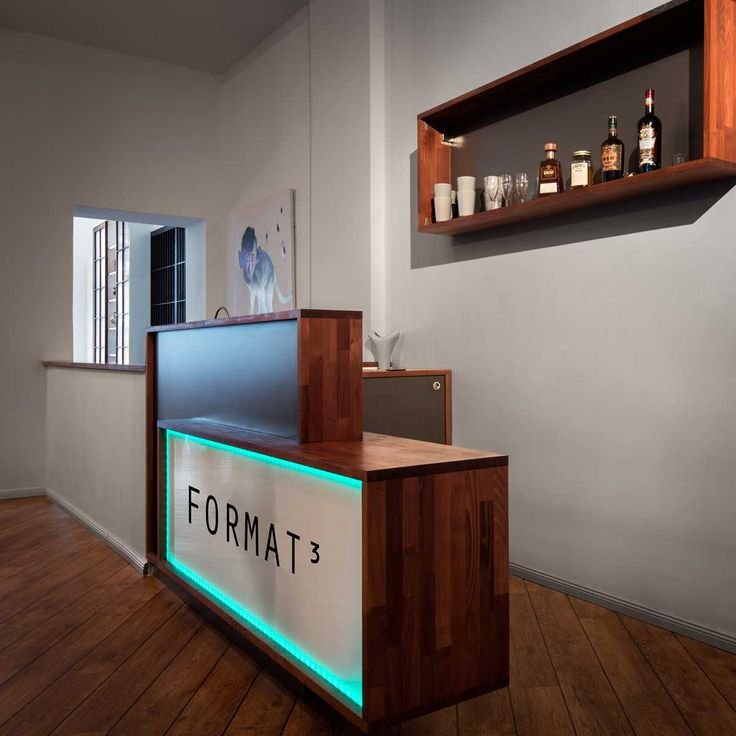 #Bar mit passendem #Wandregal, #Akazie geölt in Kombination mit beleuchteter Plexiglasabdeckung