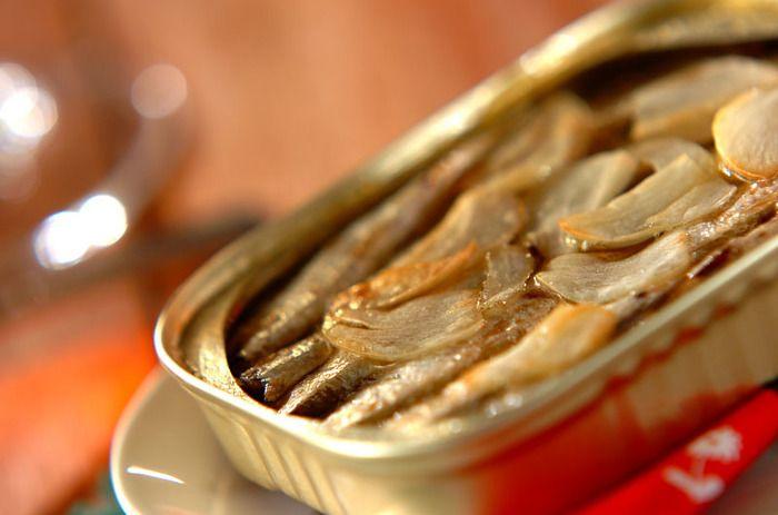 用意するものはオイルサーディンの缶詰とニンニクのみ。缶詰を丸ごと焼いて作るので、手軽に作れるのもポイントです。