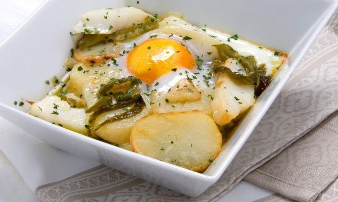Bacalao con patatas panadera y huevo http://www.hogarutil.com/cocina/programas-television/karlos-arguinano-en-tu-cocina/recetas-anteriores/201111/bacalao-patatas-panadera-huevo-12807.html