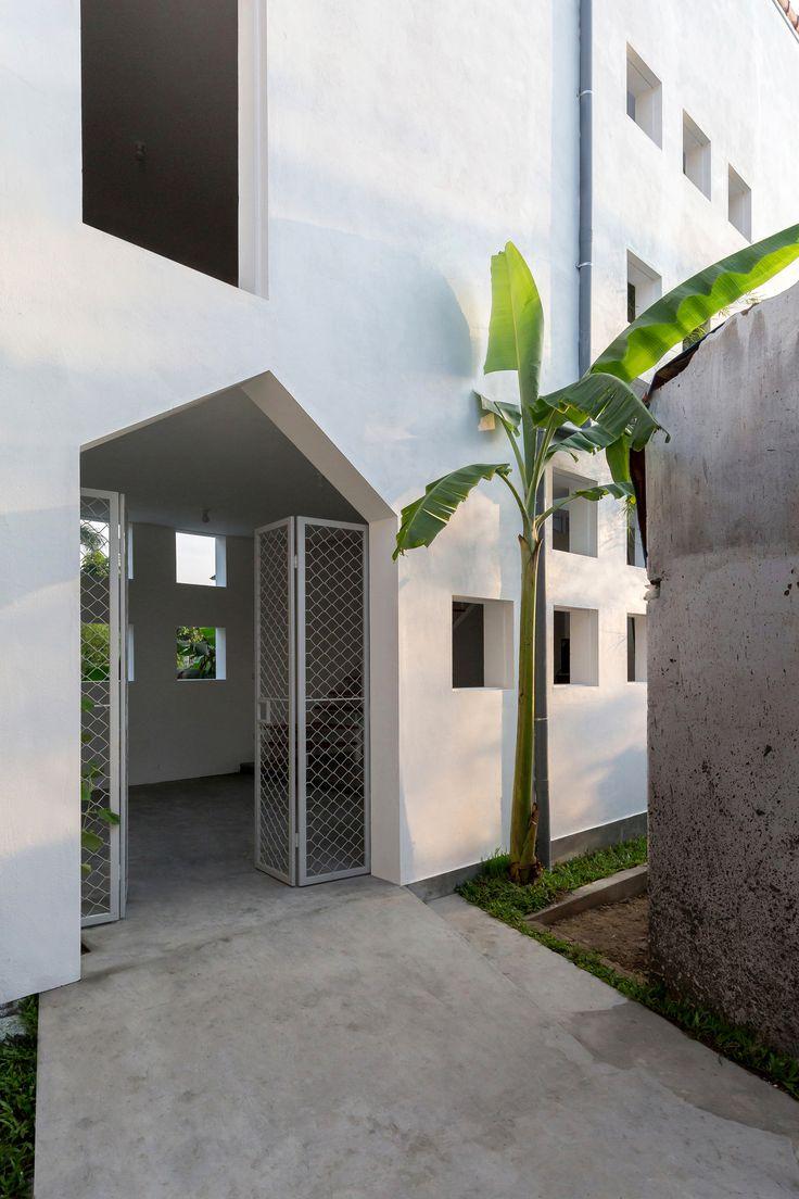 Image 2 of 17 from gallery of The Cul-de-sac House / Nguyen Khac Phuoc Architects. Photograph by Hoang Le