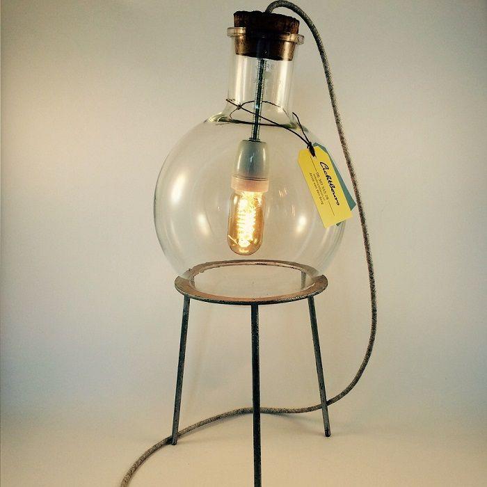 Lamp van Lichtbeurs gemaakt van oud laboratorium glas, in dit geval een 6ltr rondbodemkolf op een ijzeren houder. Met een traditionele porcelijnen fitting, wit linnen snoer een een 40w spiraal buislamp met prachtig warm licht.