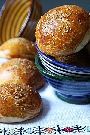 Krachel, ook wel krwasa of krisslat genoemd, zijn zoete geurige broodjes uit Marokko. Er zijn waarschijnlijk net zoveel varianten op dit recept als dat er huizen zijn, maar de meeste recepten bevatten wel anijs, vandaar dat we ze hier meestal anijsbroodjes noemen.