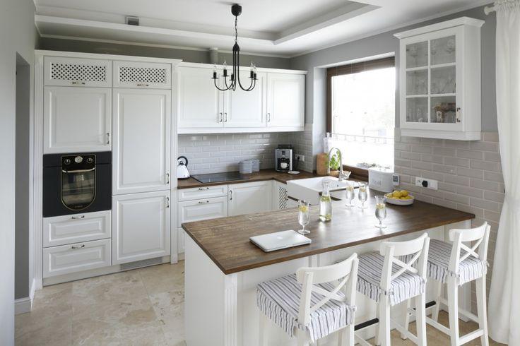 Otwarta kuchnia urządzona została w angielskim stylu   -> Projekt Kuchni Black Red White