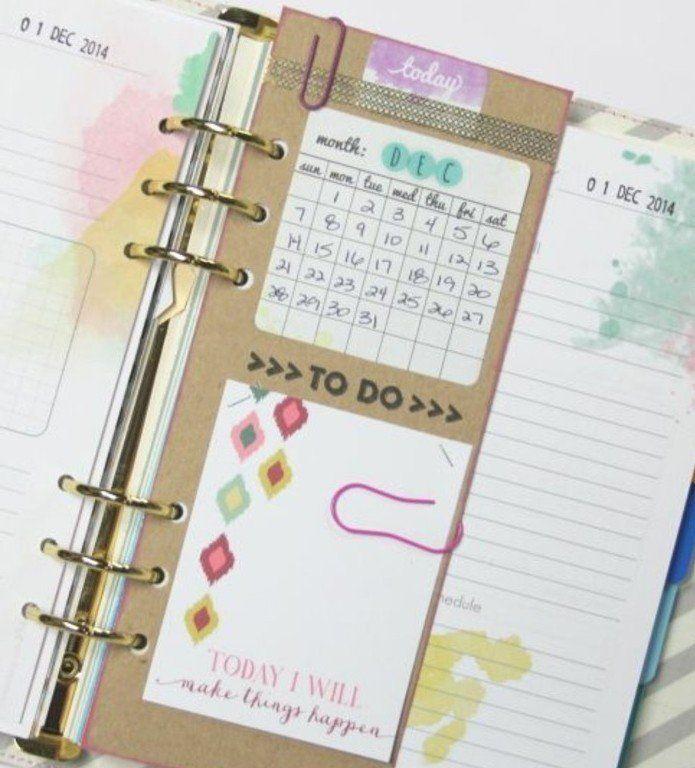 un intercalaire contenant un calendrier et une liste avec une liste des tâches, agenda scolaire personnalisé