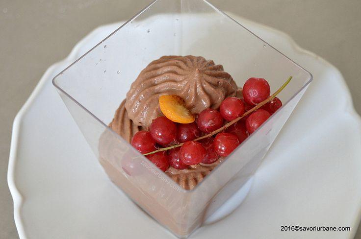Crema fiarta de ciocolata - budinca de casa. O crema clasica cu lapte, oua, faina (amidon) si ciocolata sau cacao. Amestecata cu frisca rezulta mousse de