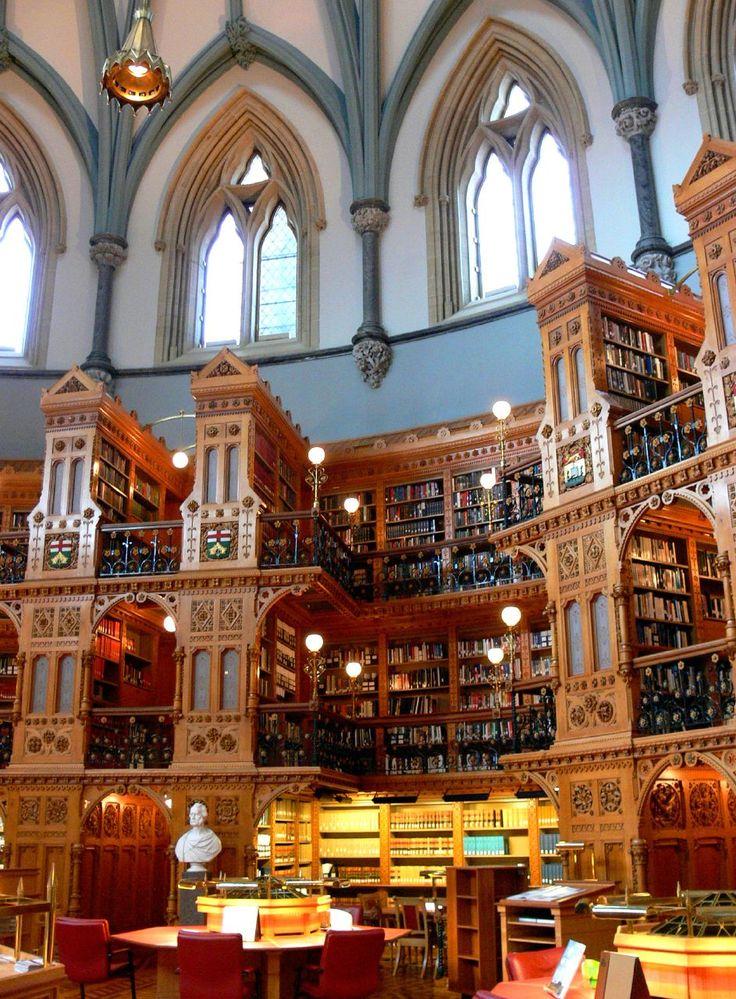Biblioteca do Parlamento do Canadá.   O grande telhado abobadado permite que a luz do dia preencha a sala na maioria dos dias.