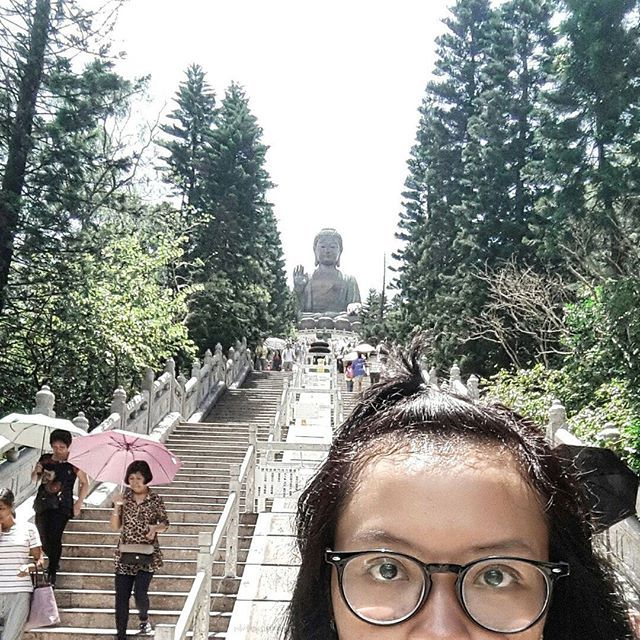 Pagi hari yang cerah perjalanan menuju Ngong Ping dimulai... Untuk mencapai Desa Ngong Ping yang terletak di Pulau Lantau kita bakal seru-seruan naik cable car alias kereta gantung, bisa juga naik bus cuma pengen ngerasain gelatungan 😄  Perjalanan kurang lebih 30 menit, begitu menjejak kaki kita disambut terik matahari. Gak panas sih cuma panas bangettttt 😎  Sebelum menuju Big Buddha sepanjang perjalanan kita akan disuguhi beberapa rumah makan serta toko-toko yang menjual merchandise khan…