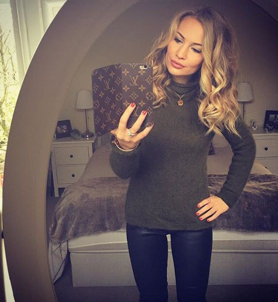 Hunter green sweater, black skinny jeans, gold necklace and red nails Anna Saccone outfit