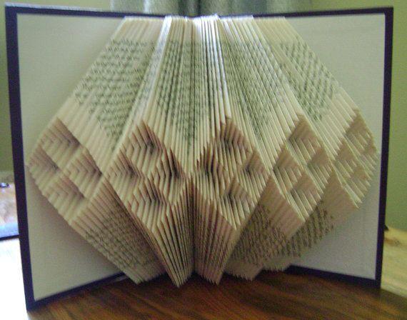 Questo libro alterato è stato creato piegando le pagine di un libro, una pagina alla volta. Questo libro scultura molto decorativo diamante allinterno del diamante modelli di caratteristiche.    La dimensione originale del libro è 7,5 alto e 5,5 di larghezza. È circa 8 ~ 10 largo quando viene visualizzato. Ho solo uso indesiderato usato libri per creare nuovi Prenotare art. Alcuni libri mostrano alcuni segni di età & indossano dalluso precedente. Questo libro è un problema di schiena di book…