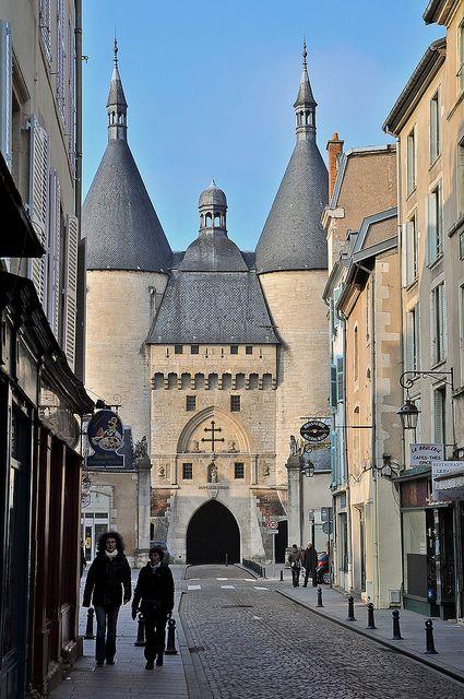 Elément de fortifications le plus ancien de Nancy, la porte de le Craffe fut édifiée au XIVème siècle et servit de prison durant de nombreuses années. Elle fut doublée par la porte Notre-Dame, visible à l'arrière. Au XVIIème siècle, la Porte de la Citadelle vint renforcer les défenses de la ville. Les deux portes étaient alors séparées par des fossés.