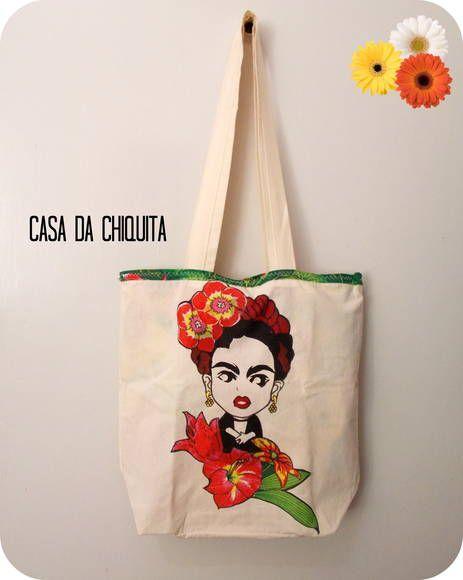 Bolsa inspirada na artista Frida  kahlo. Pintura artesanal feito à mão. Tecido 100% algodão, e na sua parte interna tecido de chita primavera/verão 2014. Bolsa super estilosa que dá pra você tanto passear como também fazer compras! Feito sob encomenda. Altura: 41cm Largura: 37cm R$ 45,90