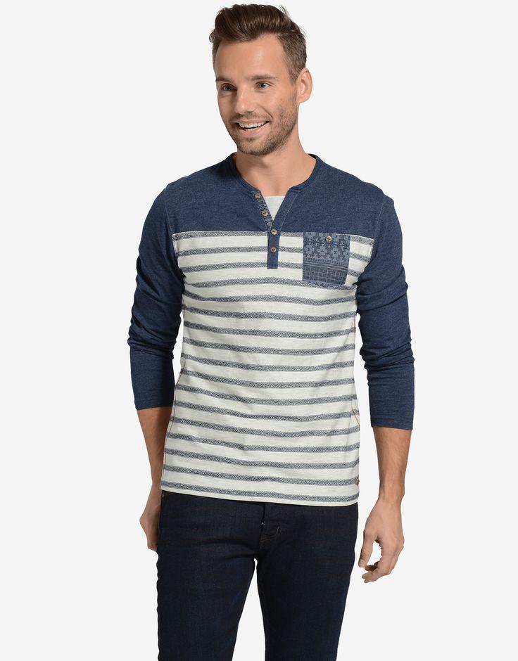 Heren T-shirt. Het shirt is gemaakt van dun materiaal en dus ideaal voor verschillende weertypes. Het shirt heeft een borstzakje met een grafische print en heeft knoopjes bij kraag. Dit zorgt ervoor dat het jou outfit een casual touch geeft. Het shirt is leuk in combinatie met een jeans en sneakers.