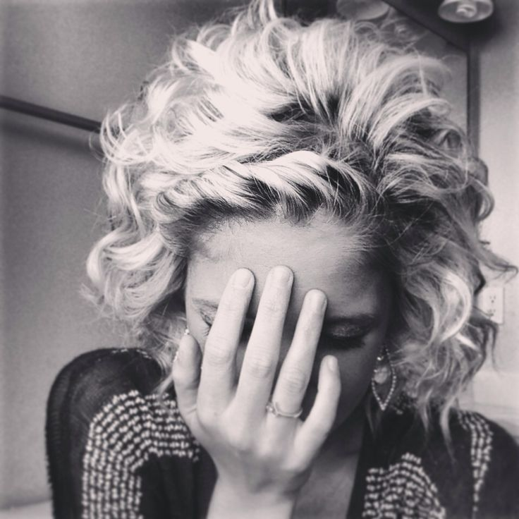 Short curly hair -- just pin back the very front. Could probably do this even without bangs.