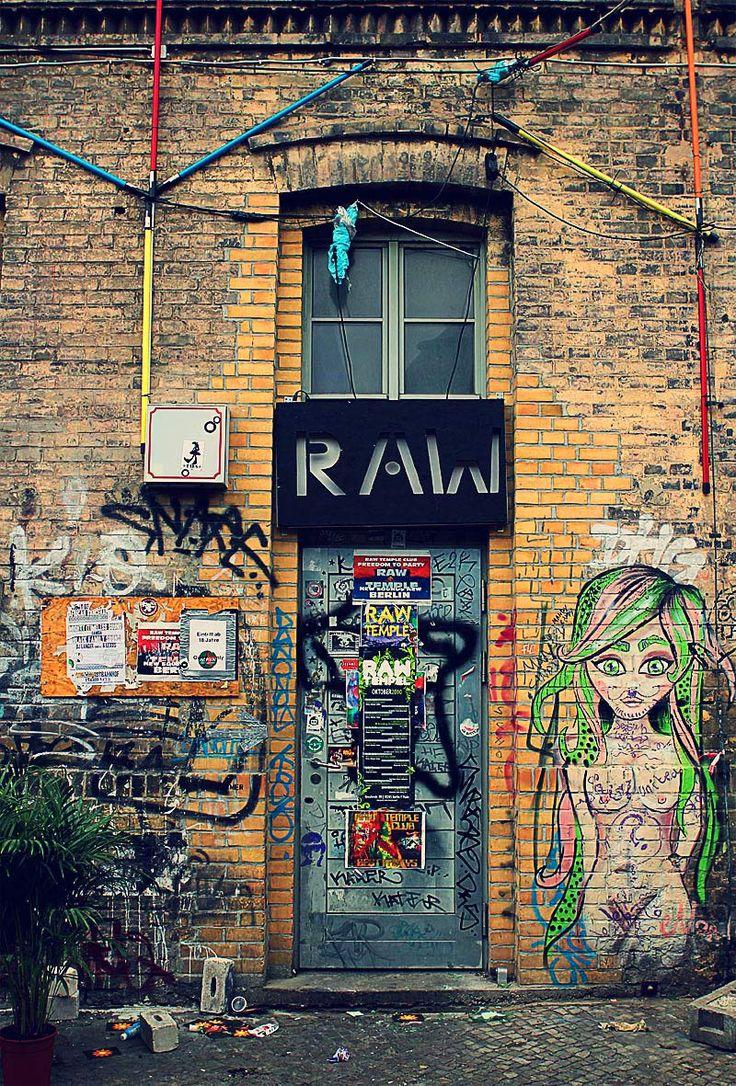 Das RAW-Gelände in Berlin am S/U Bhf. Warschauer Straße in Friedrichshain ist Raum für interkulturelle Projekte, Ausstellungen und Märkte sowie Heimat von vielen Clubs und Bars. Darunter das Astra, Cassiopeia oder der Suicide Circus.