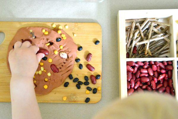 Kunst ist in der Montessori-Umgebung genauso wichtig wie das praktische Leben, die Sprache oder …