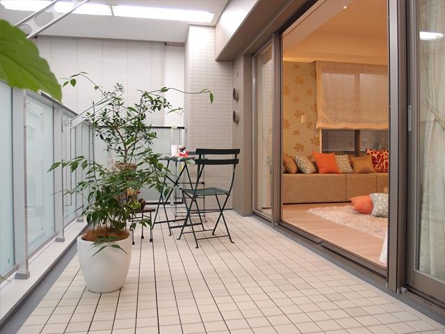 ガーデングラス川口中青木のモデルルーム 奥行約2.0mのバルコニーに注目!