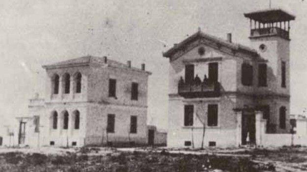 Καλλιθέα, 1900. Οι οικίες Γεωργίου Φιλάρετου (δεξιά) και Λασκάρεως Λασκαρίδη (αριστερά). Οι δύο πρώτες οικίες που οικοδομήθηκαν στην Καλλιθέα