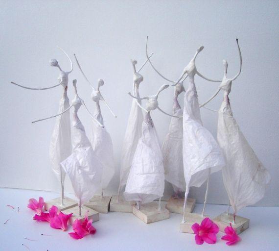 Polleritas de papel - Esculturas - Arte - Belicismo y Fácil!!!!!!! materiales: alambre, papel, base de madera y pegamento. XS ;)