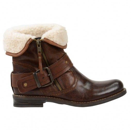 Warme, cognacfarbene Stiefeletten mit Schafwollfutter. �ber dem Schaft verl�uft ein breiter Riemen mit einer silbernen Schnalle. Die Stiefel haben einen Rei�verschluss, sodass sie sich ganz einfach anziehen lassen. Die Vorderkappe hat eine sch�ne Waschung