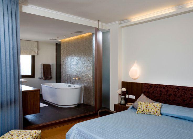 master bedroom with en-suite open bath on Tel-Aviv holiday home