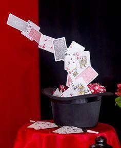 Centro de mesa de cartola com cartas para festa infantil com tema de mágico. Veja o passo a passo e aprenda a fazer!