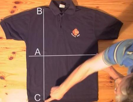 Οδηγίες βήμα προς βήμα για το πως να διπλώσετε ένα μπλουζάκι πολύ γρήγορα. Λειτουργεί με όλες τις κοντομάνικες μπλούζες και τα πουκάμισα.