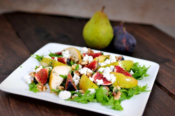 salade peer vijgen - Jum Jum deze salade peer en vijgen vinden wij verrukkelijk! Eigenlijk is dit best een zoete salade door de heerlijk rijpe en zoete peer en de verse vijgen die ook een beetje zoet smaken. De rucola is lekker pittig en de geitenkaas romig.
