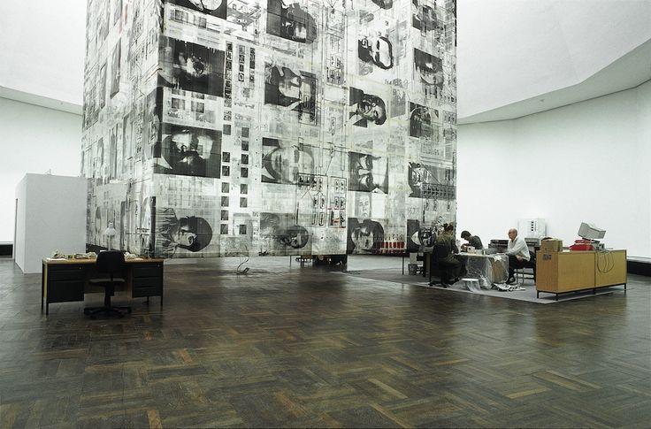 Thom Barth ist ein Künstler aus Friedrichshafen am Bodensee. Zu seinen bevorzugten Materialien zählen Bilder, Fotokopien und Druckfolien. Thom Barth studierte an derStaatlichen